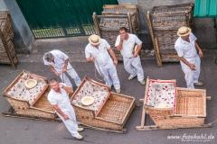 """Am Fuße der Kirch stehen die tollkühnen Männer mit ihren Korbschlitten """"Carros de Cesto"""" und warten auf ...."""